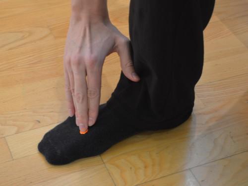 Večje hitenje (Lv 3 – Jetra) Lokacija: Na vrhu stopala v dolini med palcem in drugim nožnim prstom.