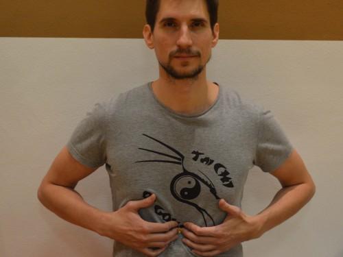 Center moči (CV 12 – Ren Mai) Lokacija: Na sredini telesa tri prste širine pod prsnico, v udrtini zgornjega dela želodca.