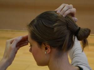 Točka stoterih srečanj (GV 20 - Du Mai) Lokacija: Položite prste leve roke za levo uho in prste desne roke za desno uho. S prsti zdrsite proti vrhu glave in poiščite udrtino (GV 20) nekoliko nazaj od vrha glave.