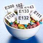 Skupaj z ostalimi dodatki v hrani, povezujejo z zaprtjem predvsem aditive in konzervanse.