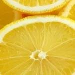 Zaradi visoke vsebnosti vitamina C pripomorejo limone in limete k čiščenju zobnih oblog.