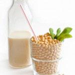 D vitamin pomaga absorbirati kalcij v telo. Dobimo ga s sončenjem, nahaja pa se tudi v mleku, obogatenih sojinih in riževih napitkih in ribah.