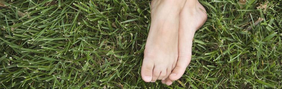 zakaj ohraniti noge na tleh. Koristi ozemljevnja.