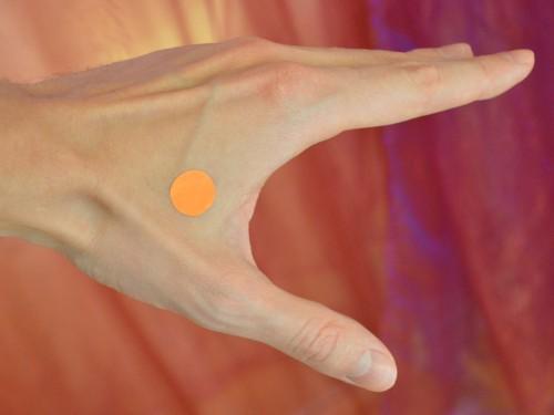 Združena dolina - (LI 4 – Debelo črevo) Lokacija: Med palcem in kazalcem na zunanji strani roke. Poiščite najvišjo točko mišice, ko sta palec in kazalec skupaj.