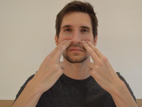 Dobrodošel parfum (LI 20 – Debelo črevo) Pozitivni učinki: Odpravlja zamašenost nosu, boleče sinuse, ohromelost obraza in otekanje obraza. Ukrivljen ribnik (LI 11 – Debelo črevo) Pozitivni učinki: Blaži alergije, še posebej alergijske kožne bolezni (kot so koprivnica izpuščaji), srbenje in vročino.