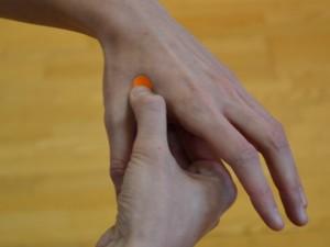 Združena dolina - Hoku (Li 4) Lokacija: Med palcem in kazalcem na zunanji strani roke. Poiščite najvišjo točko mišice, ko sta palec in kazalec skupaj.